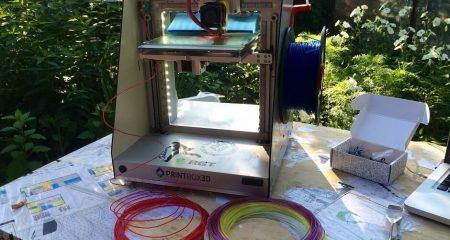 3д принтер стоит на столе на улице . можно печатать ватсоном